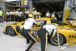 Arrêt aux stands pour la #63 Corvette Racing Corvette C5-R : Ron Fellows, Johnny O'Connell, Max Papis