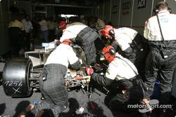 L4équipe Champion Racing travaille sur l'Audi R8 n°2 endommagée