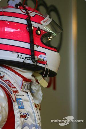 Marco Werner attend aux stands pendant que l'équipe Champion Racing travaille sur l'Audi R8 n°2 endommagée