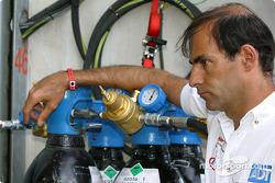 Emanuele Pirro regarde l'équipe Champion Racing travailler sur l'Audi R8 n°2 endommagée