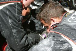 L'équipe Audi Sport UK Team Veloqx travaille sur l'Audi R8 n°8 endommagée