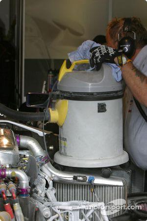 L'équipe Audi Sport UK Team Veloqx nettoie l'Audi R8 n°8 endommagée