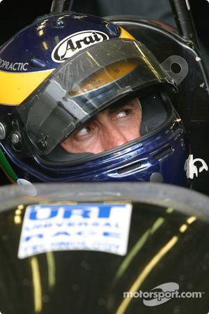 David Brabham attend dans la voiture pendant un arrêt aux stands