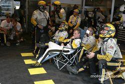 Jan Magnussen et l'équipe Corvette Racing regardent la course entre deux arrêts aux stands