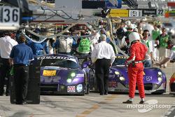 Arrêt aux stands pour la TVR 400R n°89 du Synergy Motorsport (Bob Berridge, Chris Stockton, Michael Caine) et la TVR 400R n°96 du Synergy Motorsport (Lawrence Tomlinson, Nigel Greensall, Gareth Evans)