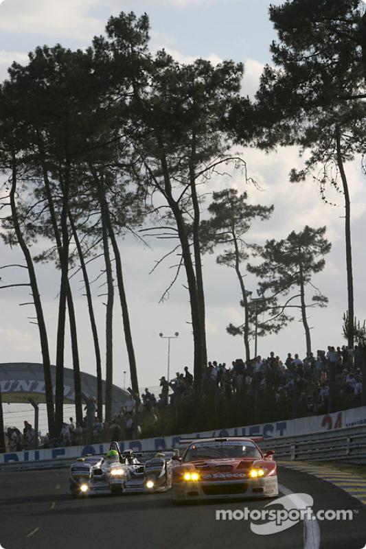 La Dome Judd S101 n°16 de Racing for Holland (Tom Coronel, Justin Wilson, Ralph Firman) et la Ferrari 575 Maranello n°61 du Barron Connor Racing (Thomas Biagi, Danny Sullivan, John Bosch)