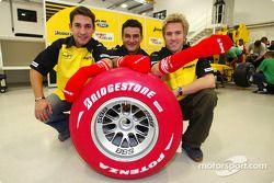 Timo Glock, Giorgio Pantano y Nick Heidfeld cambiar un neumático de Bridgestone rojizo y use un calcetín rojo para Sport relief