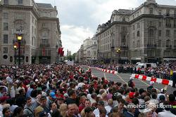 Multitud de fans llenan las calles del Regent Street Parade