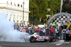 Cristiano da Matta es el primero en salir en el London Parade