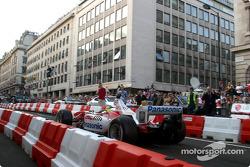 Cristiano da Matta pilota el TF103 en un tour por London