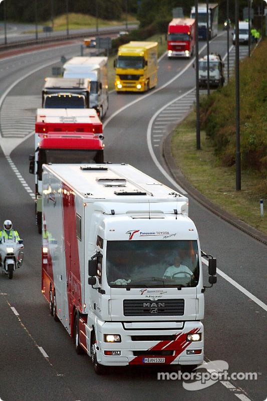 Los camiones de los equipos de Fórmula 1 se dirigen a Regent Street