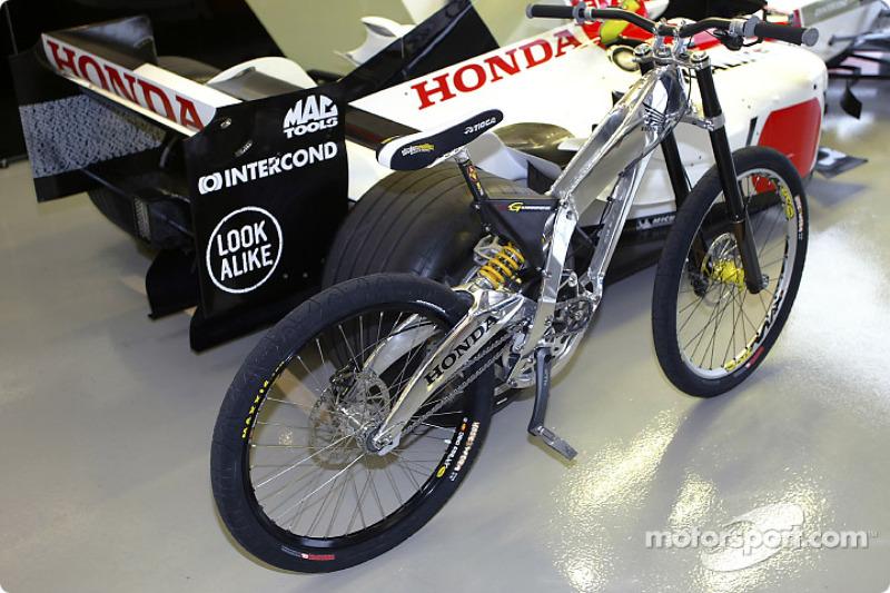 Presentación de bicicleta de montaña Honda G Cross