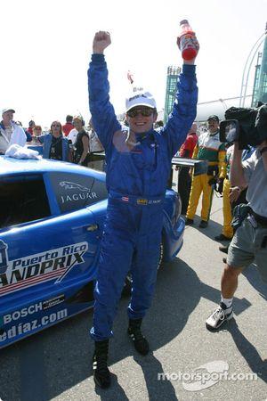 Le vainqueur Jorge Diaz Jr. fête sa victoire