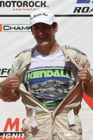 Podium : Ron Fellows montre son t-shirt Tommy Kendall