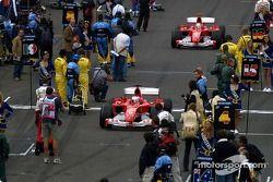 Rubens Barrichello y Michael Schumacher llegan a la parrilla de salida