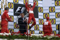 Podio: ganador de la carrera Michael Schumacher, segundo lugar Kimi Raikkonen y el tercer lugar Rube