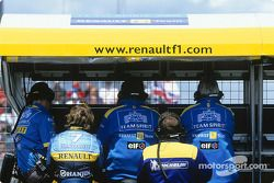 Jarno Trulli en la pared de pits de Renault