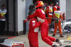 Ganador de la carrera Michael Schumacher celebra la victoria con Ross Brawn