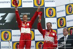 Podio: ganador de la carrera Michael Schumacher con Rubens Barrichello