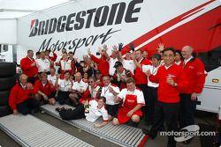 Los miembros del equipo Bridgestone celebran victoria