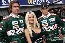 Emma B., Bjorn Wirdheim y Christian Klien frente el R5 de Jaguar para promover el nuevo juego de PlayStation 2 Formula One 04