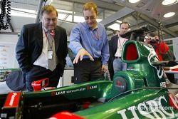 John Prescott visita el área de garaje Jaguar