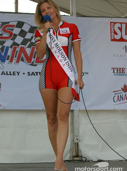 Miss Molson Indy 2003 winner Lynne Kushnirenko takes the stage