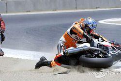 John Haner essaye de faire tourner la moto