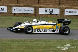 Рене Арну за рулем гоночного автомобиля Renault 1982 года