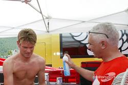 Маркус Гренхольм и остеопат команды Marlboro Peugeot Total Алекс Барха