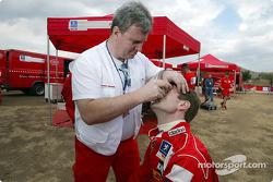 Маркус Гренхольм и доктор команды Marlboro Peugeot Total Патрик Жульемато