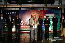Gala DTM à l'Oriental Pearl Tower : le président de l'ITR Hans Werner Aufrecht sur scène