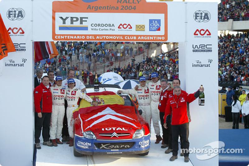 Podio: ganadores Carlos Sainz y Marc Marti con Sébastien Loeb, Daniel Elena y Corrado Provera