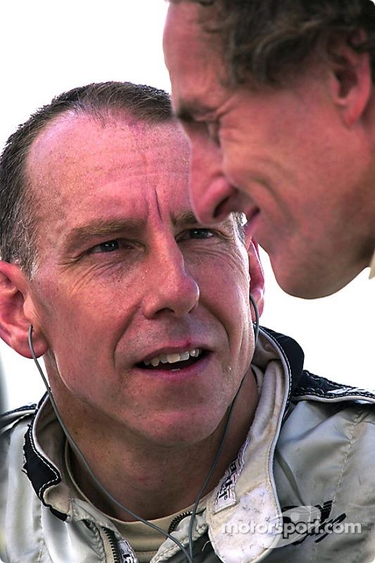 Andy Wallace et James Weaver discutent à propos de la séance d'essais