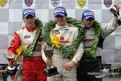 Podium : le vainqueur de la course Alvaro Parente avec Adam Carroll et Danny Watts