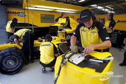 Les membres de l'équipe Jordan travaillent sur la voiture de Nick Heidfeld