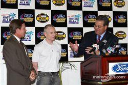 Le vice-président de Ford Motor Company Cisco Codina, Mark Martin et le président du Homestead-Miami Speedway Curtis Gray s'expriment face aux médiais au repas lançant le Ford championship weekend