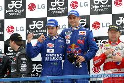 Podium GT : les vainqueurs Jaime Melo et Karl Wendlinger, avec Uwe Alzen et Michael Bartels, et Fabio Babini et Philipp Peter