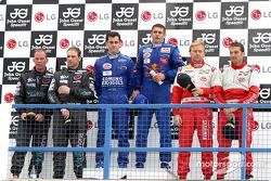 Podium GT : les vainqueurs Jaime Melo et Karl Wendlinger, avec Uwe Alzen et Michael Bartels, et Fabi