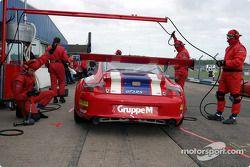 Arrêt aux stands pour la Porsche 996 GT3 RSR n°88 de Gruppe M (Tim Mullen, Jonathan Cocker)