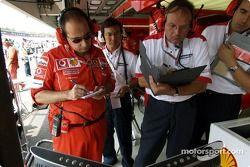 Luca Colajanni y un técnico de Bridgestone