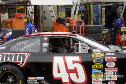 Kyle Petty pilote toujours une voiture noir au New Hampshire en hommage à son fils Adam
