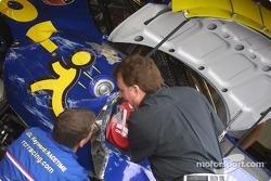 Richard Childress inspecte les dégâts à la voiture de Dave Blaney
