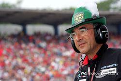 Un membre de Minardi porte un chapeau allemand