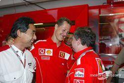 Michael Schumacher fête sa pole position avec Jean Todt