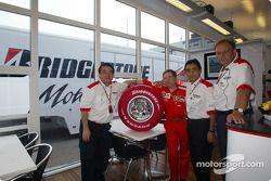 Jean Todt ve Bridgestone representatives ve Limited Edition Bridgestone Formula 1 tyre
