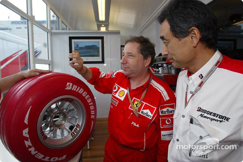 Куда хуже для лидера Скудерии было другое – его команда единственной среди лидеров использовала шины Bridgestone. Свой круг Шумахер проехал на мягком составе, однако он и в утренней тренировке работал не очень здорово, а на дневной жаре просто не выдержал бы и одного круга. У соперников Ferrari, использовавших Michelin, таких проблем не было
