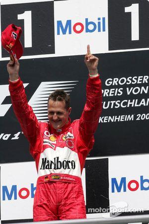 Podyum: Yarış galibi Michael Schumacher kutlama yapıyor