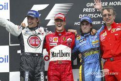Podyum: Yarış galibi Michael Schumacher ve Jenson Button, Fernando Alonso ve Paolo Martinelli
