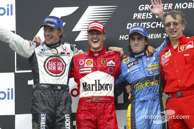 Podio: ganador de la carrera Michael Schumacher, el segundo lugar Jenson Button y el tercer lugar Fernando Alonso y Paolo Martinelli